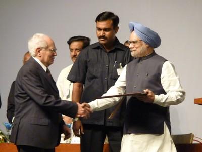 O acadêmico José Goldemberg recebendo das mãos do primeiro-ministro da Índia, Manmohan Singh, o Ernesto Illy Trieste Science Prize de 2010.