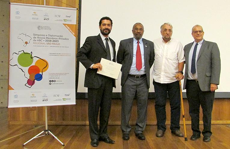 O novo afiliado Diogo Soares Pinto recebe seu diploma