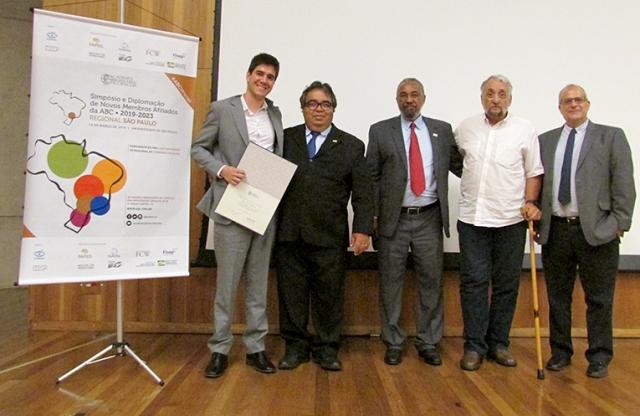 O novo afiliado Gustavo Wiederhecker recebe seu diploma
