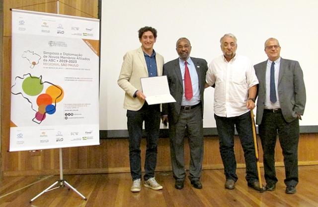 O novo afiliado Thiago Alegre recebe seu diploma