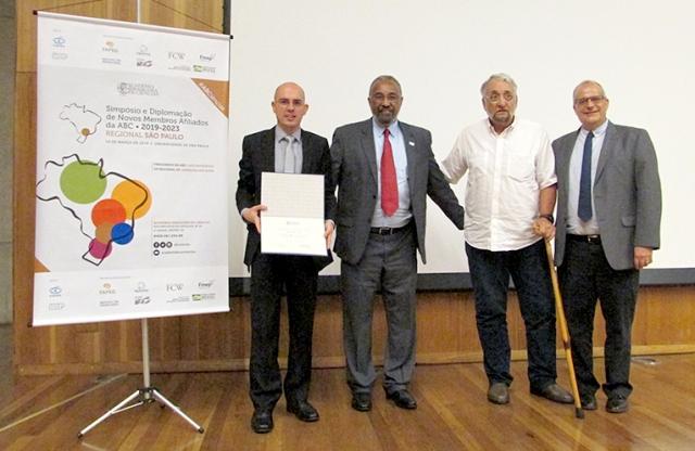 O novo afiliado Mateus Cardoso recebe seu diploma