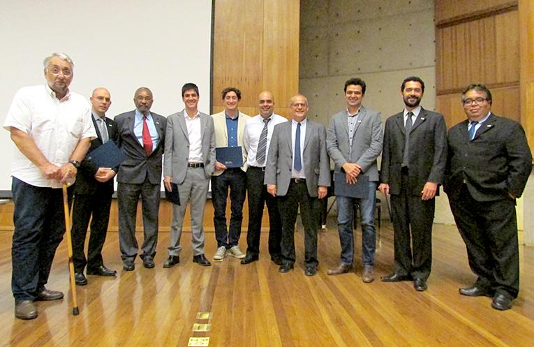 Os novos afiliados e os participantes da cerimônia de diplomação