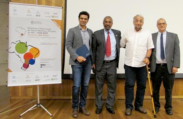 O novo afiliado Tiago Pereira recebe seu diploma